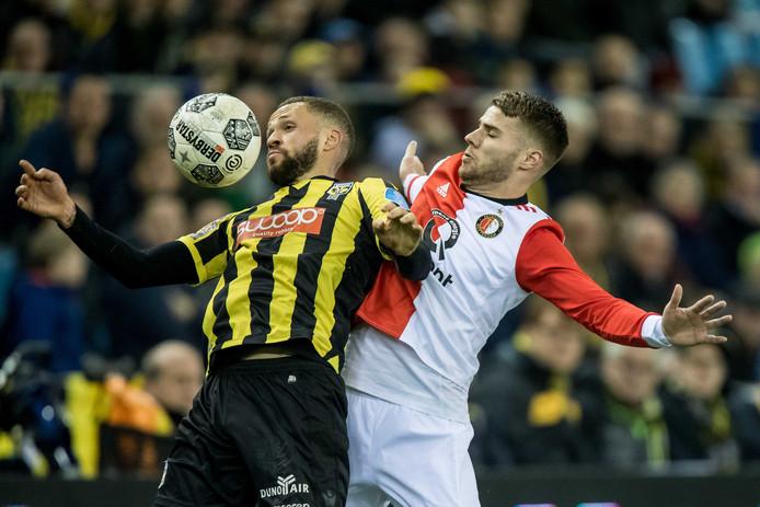 Luc Castaignos in duel met Bart Nieuwkoop.