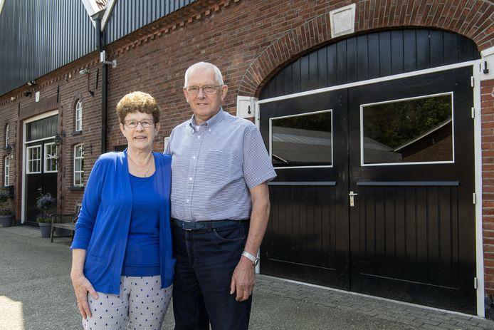 Bennie en Annie Tijink voor de eeuwenoude boerderij van het Erve Tijman in Groot Agelo FOTO: Frans Nikkels