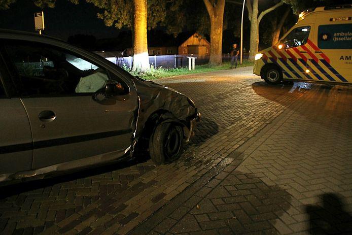 Langs de Oude Rijksweg in Rouveen is een auto tegen een boom gebotst.