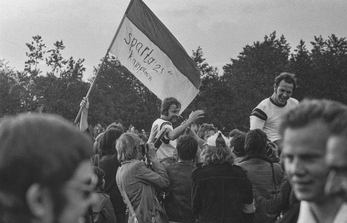 Aanvoerder Petro Kuijpers op de schouders na het behalen van het Nederlandse kampioenschap. Rechts van hem Jan van Schijndel.
