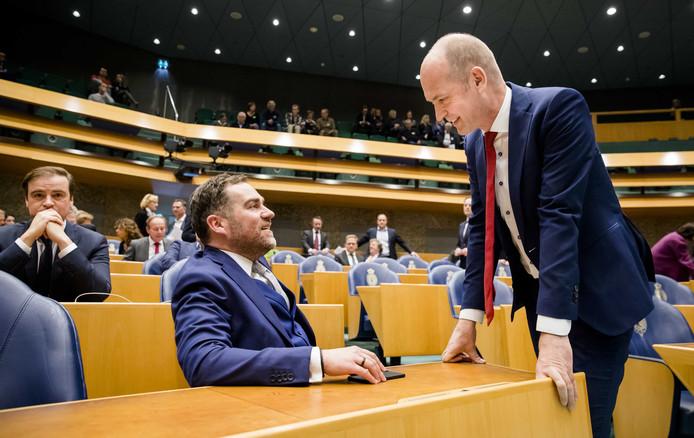 Klaas Dijkhoff (VVD) en Gert-Jan Segers (ChristenUnie) tijdens het wekelijkse vragenuur in de Tweede Kamer.