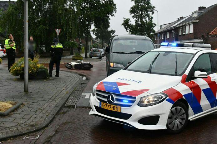 De scooter ligt midden op de kruising B.W. Ter Kuilestraat/Zweringweg na de aanrijding.