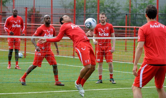 Voetbalvereniging Daarlerveen constateert dat voetvolleybal steeds populairder wordt. Ook bij deze oud-spelers van FC Twente is het spelletje populair.
