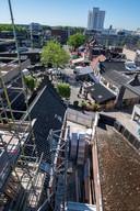 Op het bouwterrein kun je je kont amper keren. Uitzicht op het Piusplein.