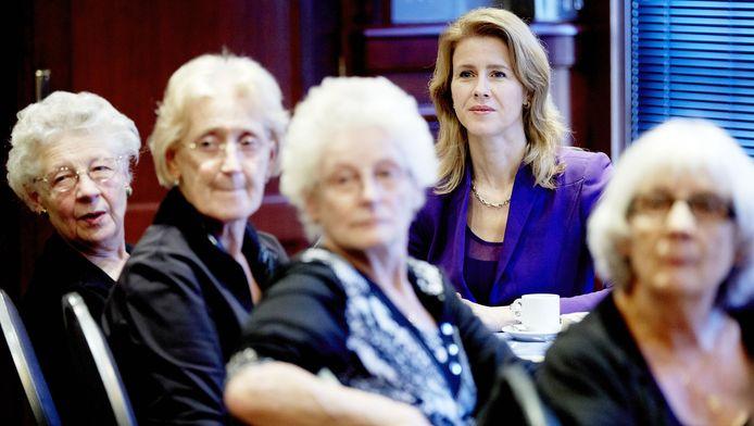 CDA-Kamerlid Mona Keijzer zit te midden van ouderen tijdens de opening van de Dag van de Mantelzorg. ,,Dit is echt een bizarre situatie.''