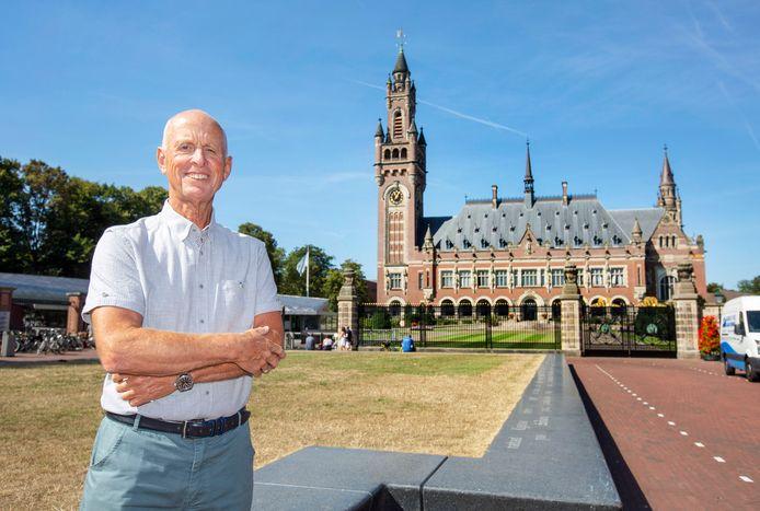 Franz van Dijk toont de plek waar volgens hem het beeld van Nelson Mandela beter tot zijn recht komt.