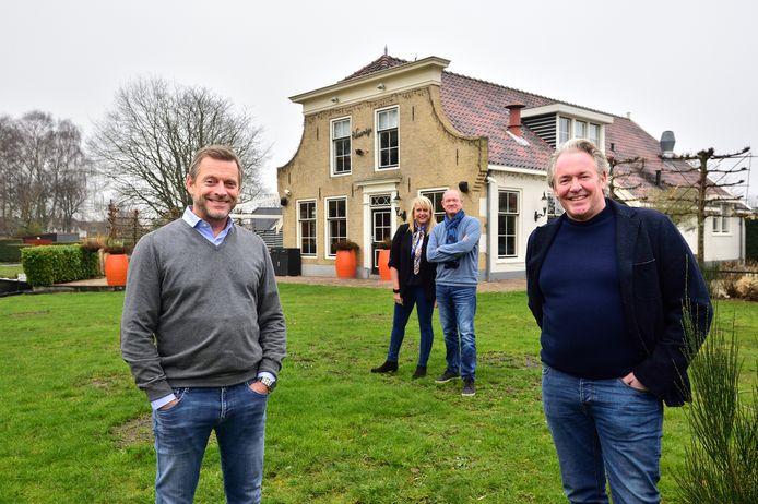 Mark Maree (rechts) voor het Reeuwijkse restaurant 't Vaantje.