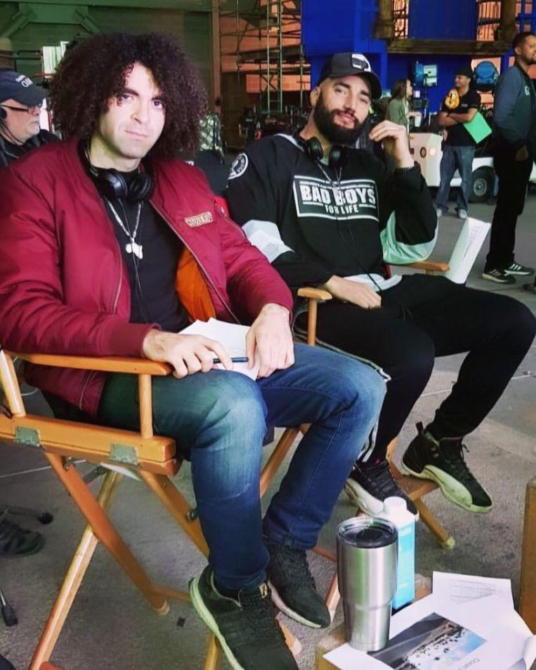 Adil (l.) en Bilall (r.) op de set, in de typisch Amerikaanse regisseursstoelen.