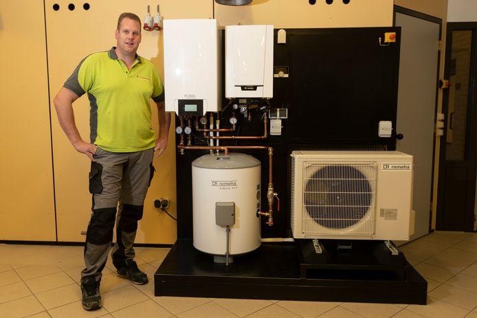 De ontwikkeling van de warmtepomp voor in huis. Installateur Arjan Cornelissen in de opleidingsruimte van Remeha in Apeldoorn bij een opstelling van de nieuwe systemenen. De Stentor. Foto: Patrick van Gemert