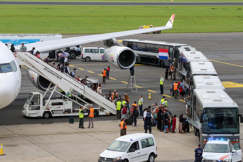 Een Belgische Airbus A340 met geëvacueerden uit Afghanistan komt aan op de militaire luchthaven van Melsbroek. Beeld BELGA