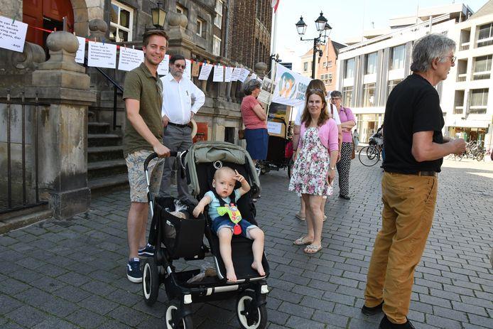 """René van den Kerkhof (D66) en nakomeling staan symbool van het heden en de toekomst: ,,We moeten nu kiezen voor een leefbare toekomst voor onze kinderen en kleinkinderen."""""""
