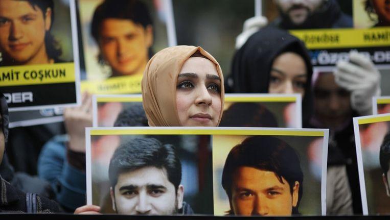 Demonstranten in Istanbul houden foto's vast van twee in Syrië vermist geraakte Turkse journalisten. Beeld null