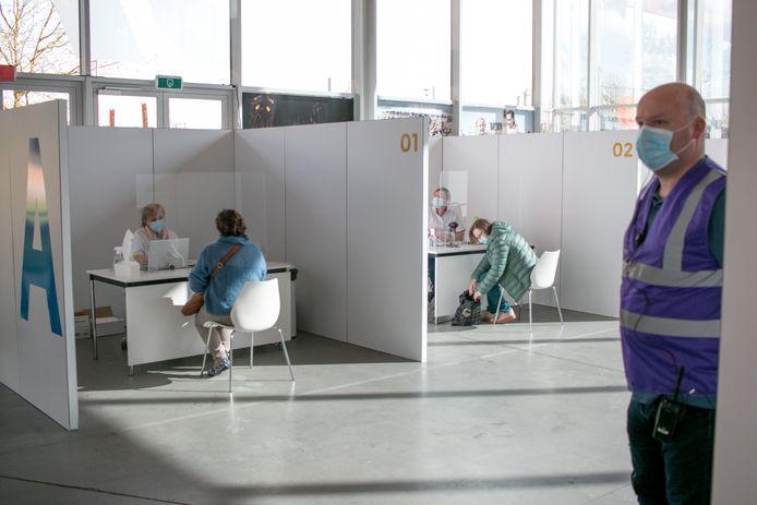 Het vaccinatiecentrum in 't Bau-huis in Sint-Niklaas.