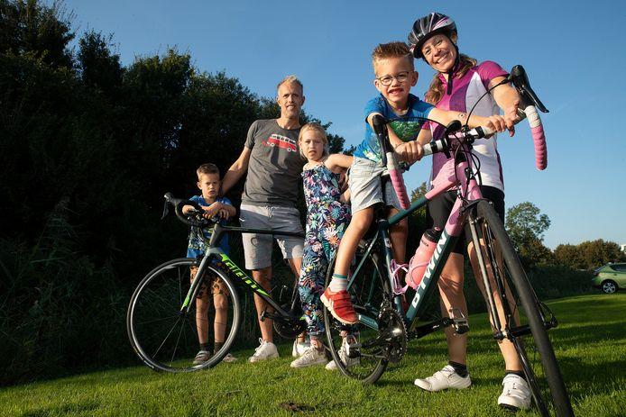 De familie Koster fietst voor het goede doel.