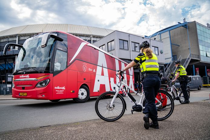 De spelersbus van Ajax kon rustig richting Amsterdam vertrekken.
