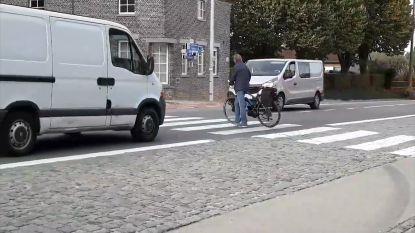 VIDEO. Man steekt keer op keer zebrapad over: ludieke actie is hit op sociale media