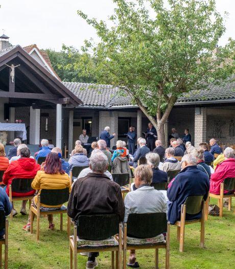 Afscheid toeristenkerk Zoutelande gaat gepaard met nostalgie en gevoelens van verlies en verdriet