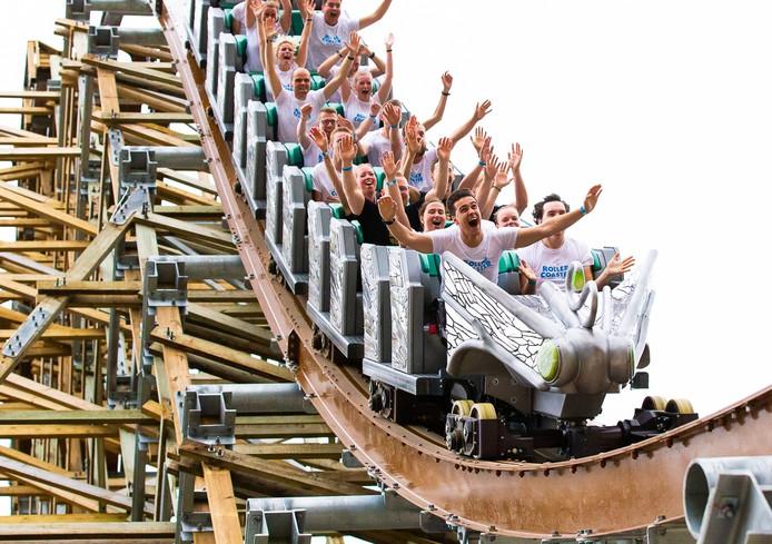 Bezoekers van Walibi Holland in de achtbaan.