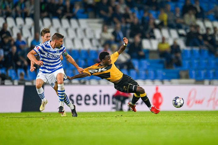 Ayouba Kosiah kreeg als vervanger van DJ Buffonge 46 minuten speeltijd tegen De Graafschap. Hier wordt hij aan het shirt getrokken door Ted van de Pavert.