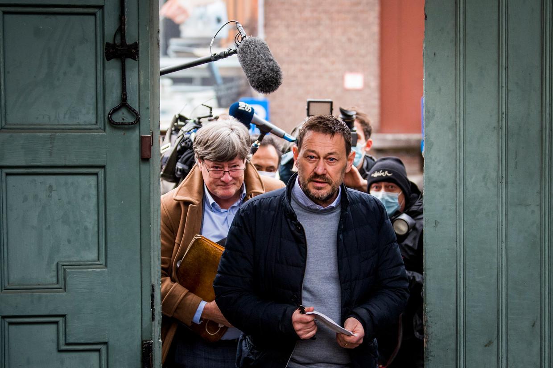 Advocaat Michael Verhaeghe en tv-maker Bart De Pauw arriveren bij de rechtbank in Mechelen.  Beeld BELGA
