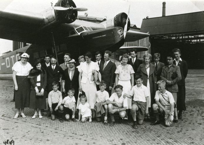 30 augustus 1937: een groepje inwoners van Spijkenisse krijgt een rondleiding over Vliegveld Waalhaven. Vliegen was voor de overwegend agrarische bevolking op Voorne-Putten en Goeree-Overflakkee een ver-van-mijn-bedshow.