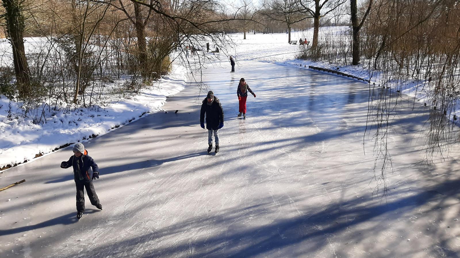 Wie het ijs op de Immerlooplas te riskant vindt, kan terecht op een van de sloten in het belendende Park Immerloo.