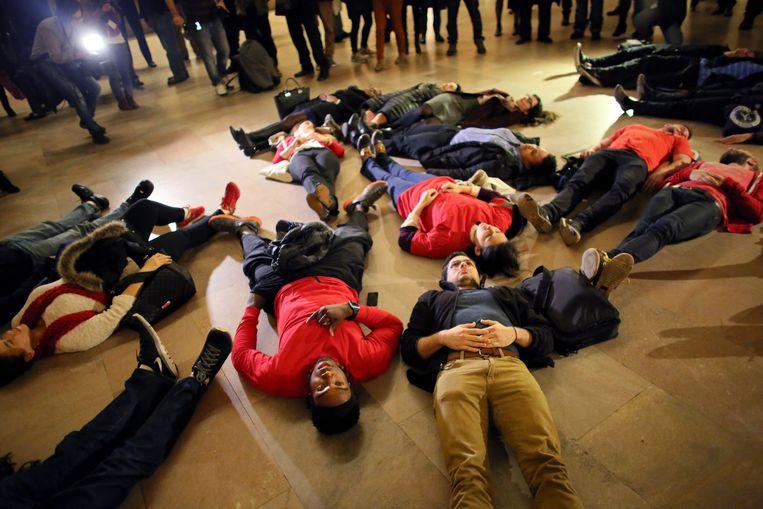 Demonstranten in New York zijn uit protest over de beslissing van de jury een blanke agent niet te vervolgen stil op de grond gaan liggen. Beeld getty
