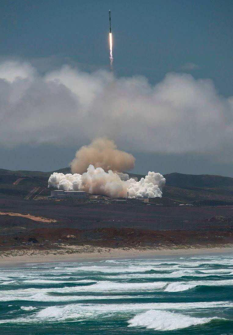 Een SpaceX Falcon-9 raket die twee Duits-Amerikaanse satellieten draagt, wordt afgeschoten van de Vandenberg luchtmachtbasis in centraal Californië. De satellieten moeten onder meer veranderingen in de zeespiegel waarnemen. Beeld AFP