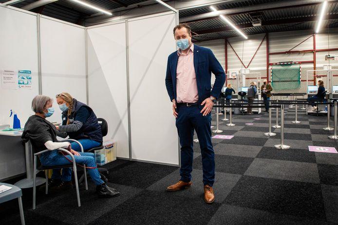 Directeur van het coronabedrijf van de GGD regio Utrecht Jaap Donker opent de zevende vaccinatielocatie.