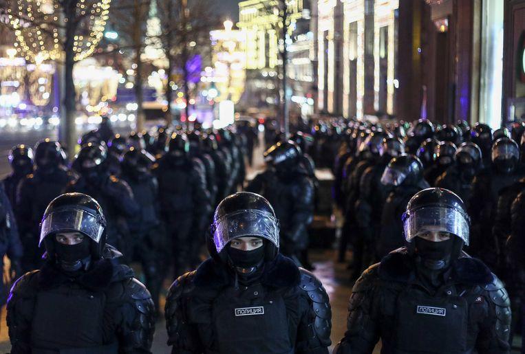 Terwijl de rechter dinsdag het vonnis tegen de Russische oppositieleider Navalny uitsprak, veegde de oproerpolitie de straten in het centrum van Moskou leeg. Beeld Mikhail Tereshchenko/TASS