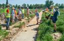 Leidse studenten doen opgravingen langs de Gewandeweg te Oss.    Mark Driessen geeft uitleg. Fotograaf: Van Assendelft/Jeroen Appels