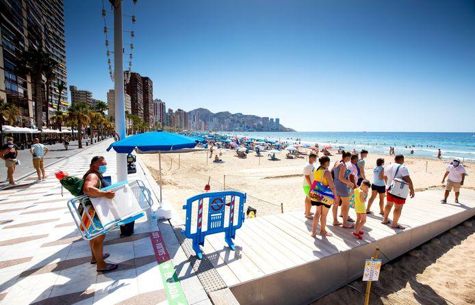 'Eenmaal op het strand, waar het buitenlandse KNMI van dienst waarschuwt voor Code Oranje, pak je de tas met lectuur.' Foto ter illustratie.