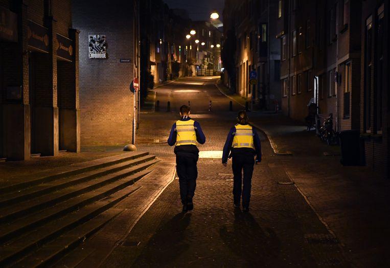 Handhaving controleert de avondklok in Nijmegen. Beeld Marcel van den Bergh / de Volkskrant
