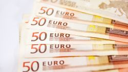 Bejaarde vrouw gooit forse som geld uit raam nadat ze zich liet bedotten door fraudeurs
