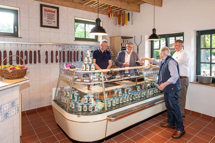 De pas geopende dorpsslagerij in de Vechtehof. Van links naar rechts: Berthold Eylering, Jörg Kantor (chef gastronomie van de dierentuin), Johann Eylering en Nils Kramer.
