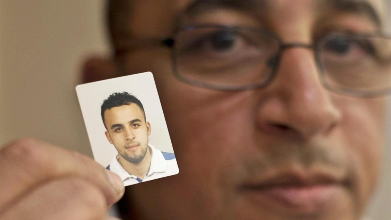 Mohamed Nidalha, de vader van Reda met een foto van zijn zoon