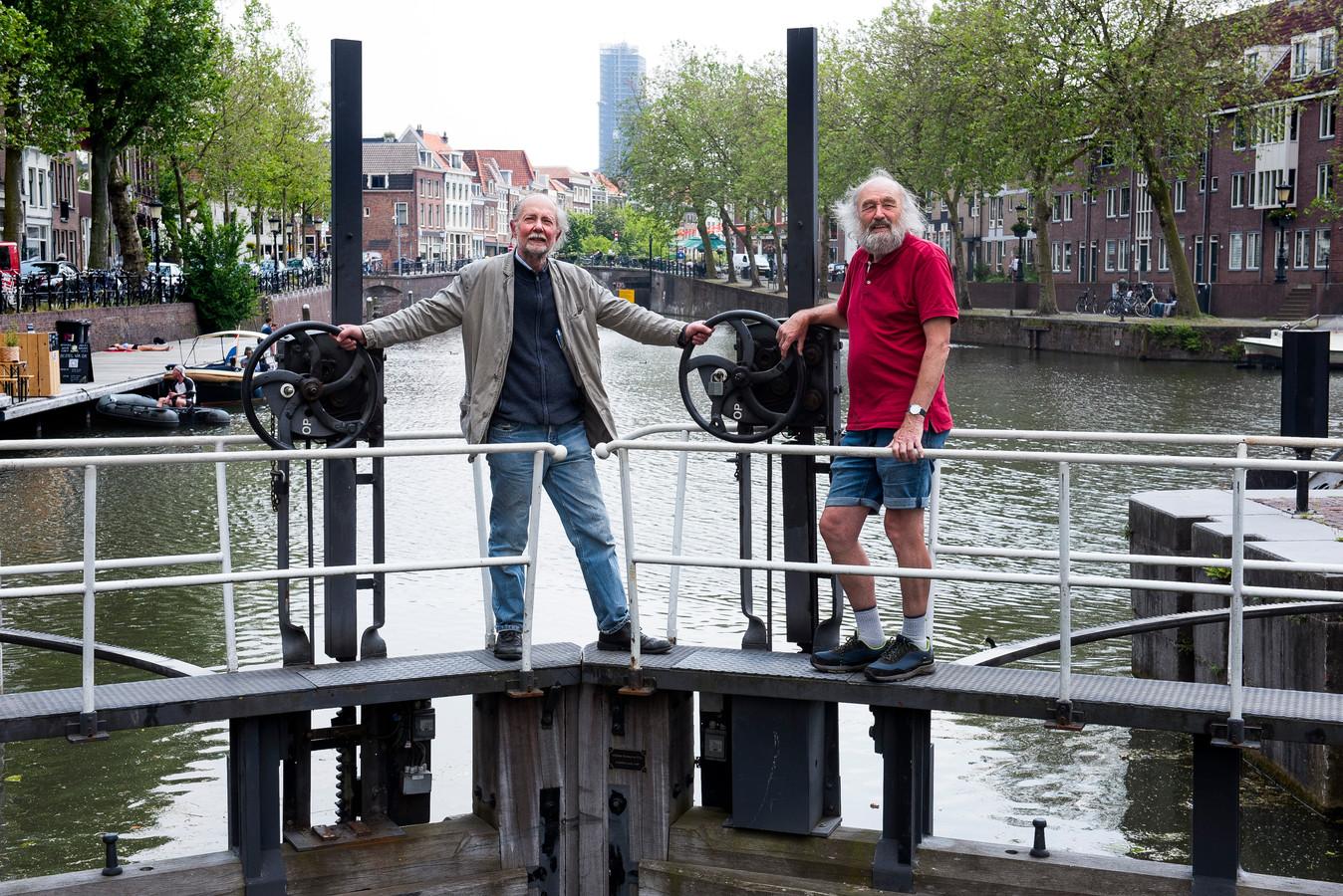 Omwonenden Frank Ooms (links) en Ben Nijssen zijn fel tegen het plan om een fietsbrug aan te leggen over de singel bij de Weerdsluis.