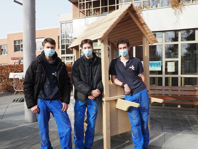 TSM-leerlingen Renzo Peeters, Rishat Kursaev en Ryan De Vries bij de ijskar die ze bouwden voor woonzorgcentrum De Lisdodde.