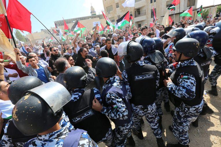 Jordaanse oproerpolitie vlakbij de Israëlische ambassade in Amman, Jordanië. Beeld anp