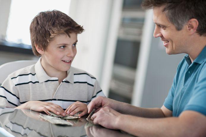 """""""Dans tous les cas, il vaut mieux impliquer votre fils dans les finances. Il apprend de cette manière à économiser et à investir et il est alors mieux préparé pour l'avenir"""", conseille Brecht Coene."""