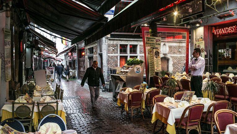 De Beenhouwersstraat in Brussel. De restauranthouders zagen de afgelopen maanden hun omzet met 40 procent dalen. Beeld Bas Bogaerts