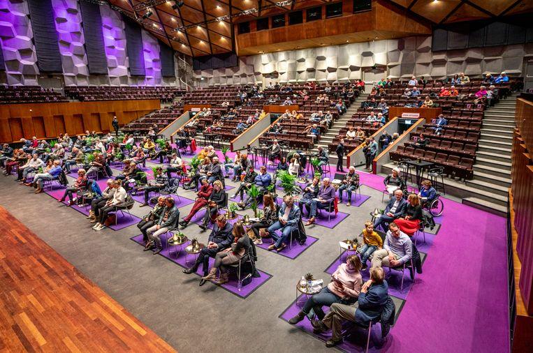 Labtest in de oosterpoort in Groningen. Onder strenge voorwaarden mochten enkele honderden bezoekers een piano concert van de gebroeders Jussen bezoeken. Beeld Raymond Rutting / de Volkskrant