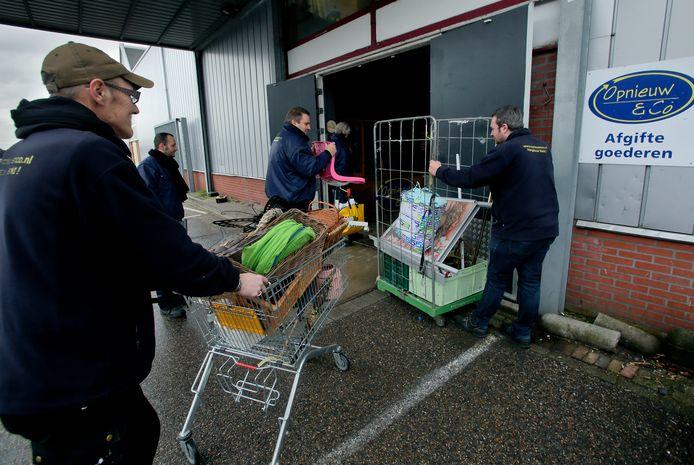 Medewerkers van Opnieuw & Co brengen goederen naar binnen in de tijd dat de winkels nog open waren. Vrijdag 20 maart gingen de zeven filialen noodgedwongen dicht.