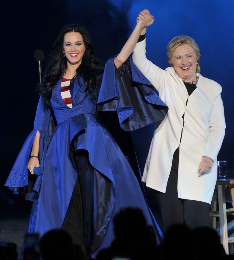 Hillary Clinton kreeg steun van zangeres Katy Perry zaterdag in Philadelphia. Pennsylvania is een Democratische staat maar Trump scoort er goed. Hij kan voor een verrassing zorgen door de staat dinsdag van Clinton af te pakken.  Beeld Photo News