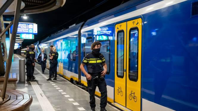 Man in gezicht gestoken in trein: dader op de vlucht