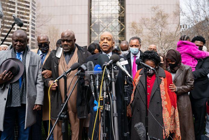 Rev. Al Sharpton & advocaat Ben Crump gaan de families van George Floyd en Daunte Wrigh, die ook slachtoffer werd van politiegeweld voor in gebed.