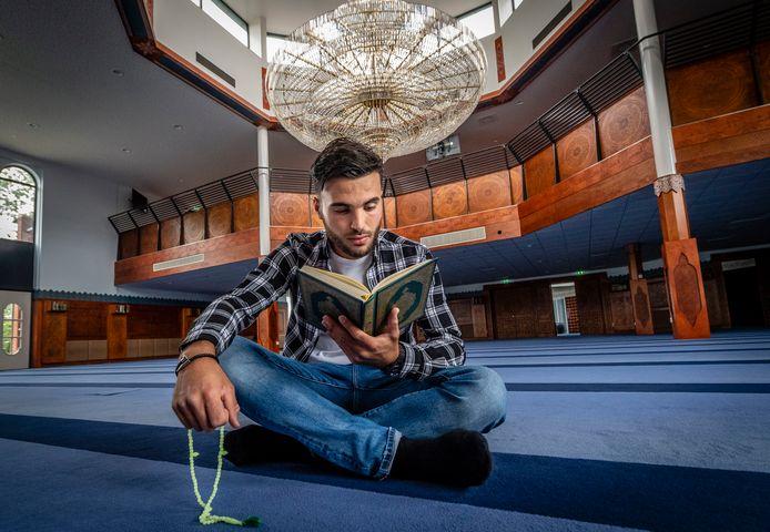 Mounir El Allouchi in de Roosendaalse MICR moskee die hij gedurende de vastenmaand dagelijks bezoekt.
