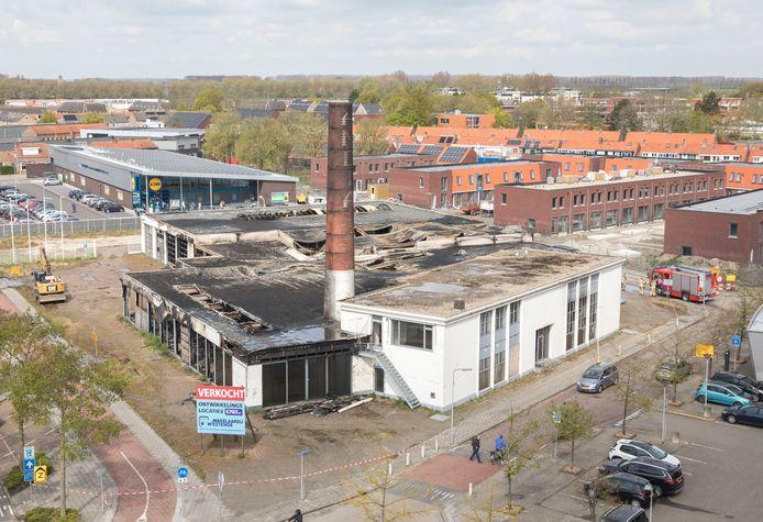 Het afgebrande complex, op deze foto een dag na de brand. Rechts staat de oude melkfabriek van Hollandia.
