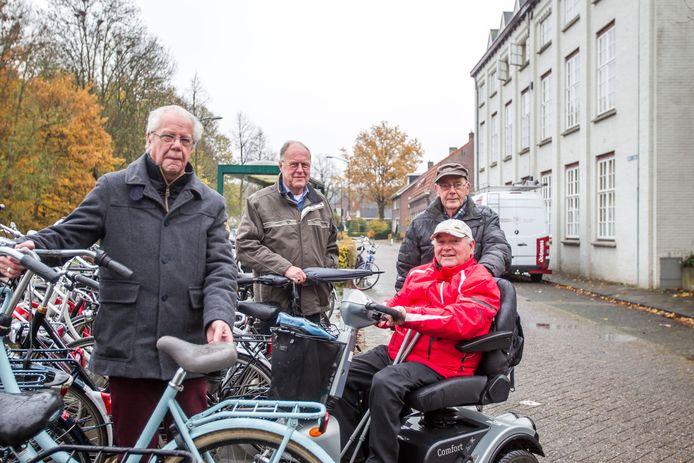 Contactpersonen van Stichting Toegankelijk Meierijstad bij de bushalte aan de Nijnselseweg in Sint-Oedenrode. Vlnr: Gerard Visser uit Veghel, Mies Bekkers en Anton Buiting (scootmobiel) uit Sint-Oedenrode en Rien Rijken uit Schijndel.