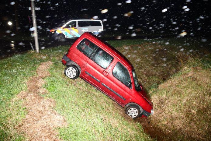 De auto moest uit de sloot worden getakeld.
